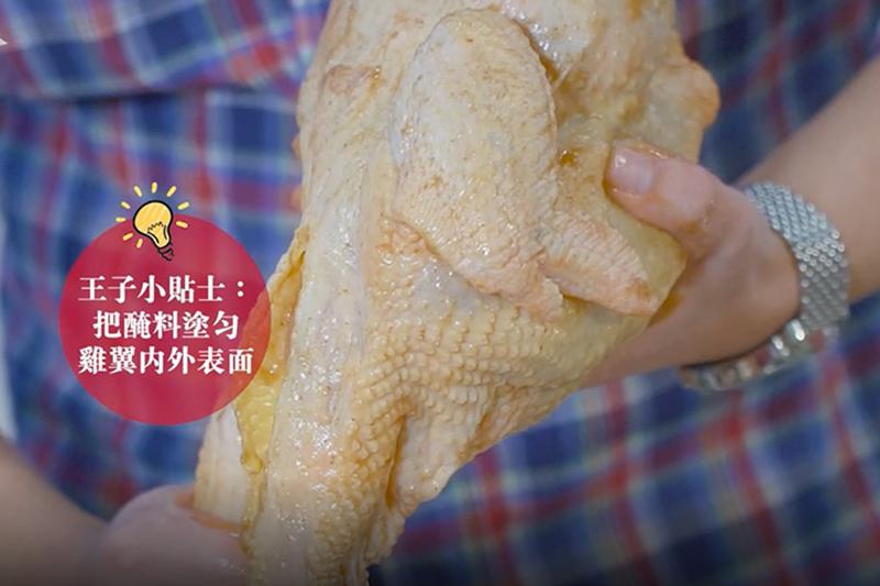 用沙薑粉、沙薑醬塗滿整隻雞及雞殼內